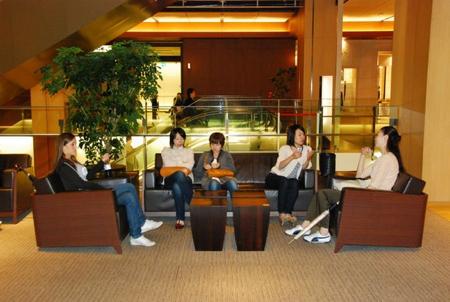 Vanessa mit Freundinnen in der Tokyo Midtown Mall