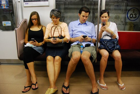 Zwar keine Japaner, aber alle mit dem Handy unterwegs (in der UBahn nach DisneySea)
