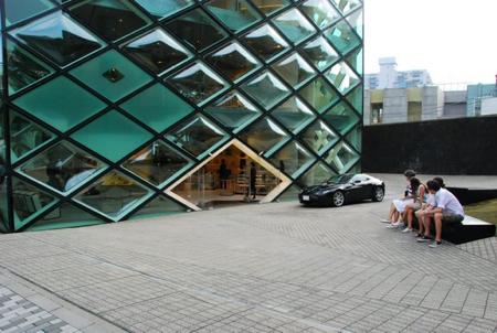Ermüdet vor dem Prada Store (architektonisch interessant)