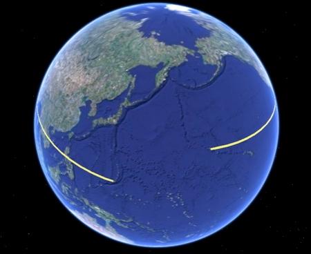 Der amerikanische Tag beginnt in Guam (linker Punkt der gelben Linie) und endet ungefähr bei den Midway Inseln (rechter Punkt der gelben Linie).
