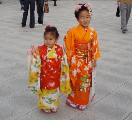 Kimono Girls im Meji Shrine. Schon professionell im Posen.