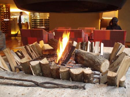 Zwischen 16 und 19 Uhr gibt es in der Hotel Lounge für die Gäste übrigens gratis Getränke (Säfte, Champagner, Wein, Bier).
