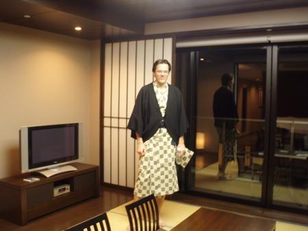 In diesem Dress, hier vorgeführt im Tatami Bereich unseres Zimmers, läuft man im Hotel rum. Natürlich eignet sich das besonders gut für's Bad in der hoteleigenen heissen Quelle.