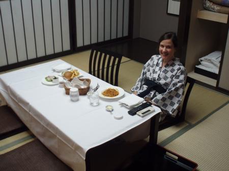 Nach ausgiebigem Baden konnten wir uns nicht mehr ins Restaurant schleppen. Also gab's simplen Roomservice im Tatami Room.