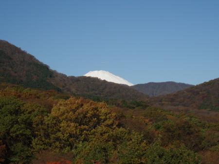 So und jetzt fängts an. Gestern morgen, traumhaftes Wetter und schon beim ersten Blick aus dem Fenster die schneebedeckte Spitze des Fuji-san.