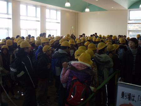 An der Station der Seilbahn trafen wir dann auf sehr freundliche Schulkinder, die unbedingt ihr Englisch mit