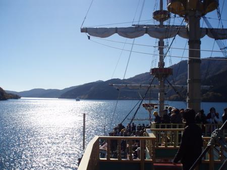 Dann machten wir mit diesem Piratenschiff eine Fahrt auf dem Ashi See (Kratersee des Hakone Vulkans).