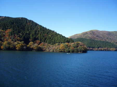 An den Ufern des Sees entfaltet sich die herbstliche Pracht.