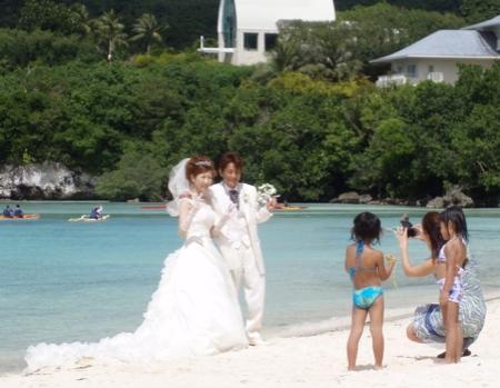 Japanische Hochzeiten müssen zu gegebener Zeit dann einmal ausführlich als kulturelles Phänomen beschrieben werden. Auch dass es nicht möglich ist ein Foto ohne Peace Zeichen zu machen, muss noch näher beschrieben werden.