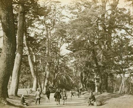 Hier ein Foto des alten Tokaido, aufgenommen 1865 durch einen westlichen Besucher.