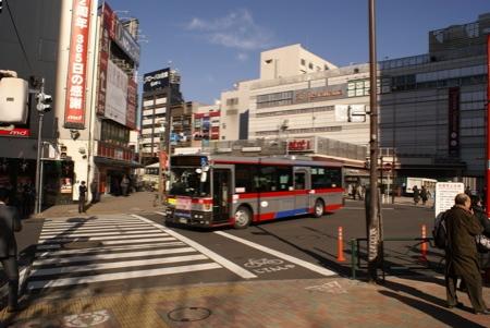 """Die """"Busseite"""" des Meguro Bahnhofs"""