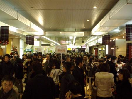 Menschenmenge am Bahnhof. Was die wohl alle kaufen wollen?