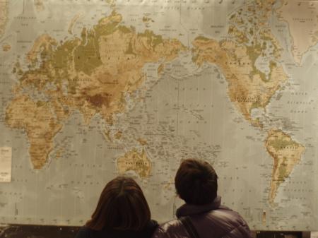 Szene in der Bilderabteilung. Die Weltkarten wurden auf jeden Fall schon mal japanisiert.