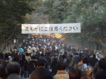 Ashi moto ni gochui kudasai (watch your step). Staub über dem Kiesweg zum Meji Schrein.