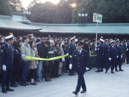 Am Schrein angekommen werden die Leute dann in Gruppen von ca. 200 vor den Schrein gelassen.