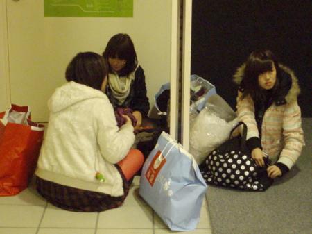 Diese Damen haben schon rege eingekauft und lüften jetzt das Geheimnis der Lucky Bags. Ich hoffe es hat sich gelohnt.