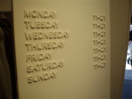 So ist jedenfalls klar, dass H&M wirklich jeden Tag von 11-9 geöffnet ist.