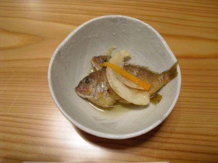 Amuse Bouche! Ein kleines Leckerli vom Chef gleich am Anfang. Diese in Essig eingelegten Fische isst man ganz! Mit Kopf, Haut, Haaren und Knochen.