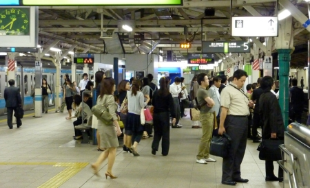 Warten auf die Yamanote Line.
