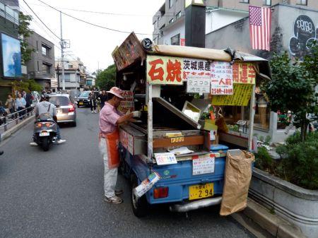 Ishi Yaki Imo. Diesen Typen sieht man in Tokyo immer wieder. Eine Art wacky Süsskartoffelverkäufer.